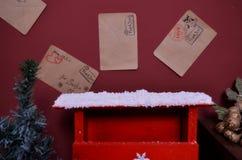 A caixa postal do Natal e neva ele Fotos de Stock
