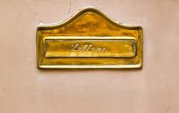 Caixa postal dourada italiana da parede Fotografia de Stock