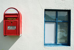 Caixa postal e janela, Egilstadir, Islândia fotos de stock royalty free