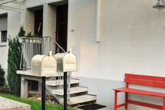 Caixa postal gêmea dos E.U. na frente da casa Fotos de Stock