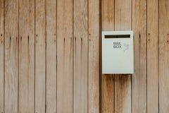 Caixa postal instalada na parede de madeira Fotografia de Stock Royalty Free