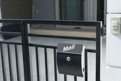 Caixa postal moderna na cerca da casa Imagens de Stock Royalty Free