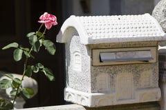 Caixa postal na forma de uma casa fotografia de stock