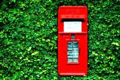 A caixa postal na porta verde fotos de stock royalty free