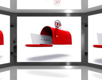 A caixa postal na tela mostra eletronicamente o envio pelo correio Fotos de Stock