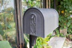 Caixa postal no jardim fotografia de stock royalty free