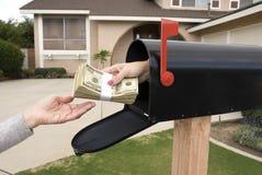 Caixa postal que cede o dinheiro Fotografia de Stock Royalty Free