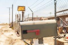 Caixa postal velha e resistida, Califórnia imagem de stock