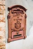 Caixa postal velha na parede Imagens de Stock