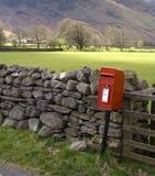 Caixa postal vermelha britânica Fotografia de Stock