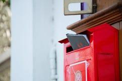 Caixa postal vermelha com livro imagens de stock