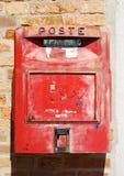 Caixa postal vermelha velha fotografia de stock