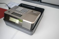 Caixa registadora de prata no contador branco Máquina de desconto portátil do modelo fotografia de stock