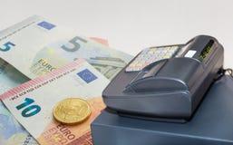Caixa registadora e euro- cédulas com a moeda de 50 centavos Imagem de Stock