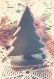Caixa velha com os brinquedos feitos a mão do Natal do vintage no backgroun de madeira Foto de Stock