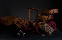 Caixa velha da costura do ` s do alfaiate Imagens de Stock