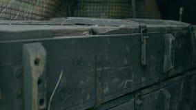 A caixa verde do exército encontra-se entre a descarga filme