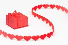 Caixa vermelha com fita do coração Fotografia de Stock Royalty Free