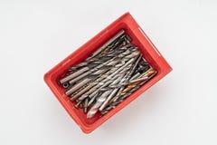 Caixa vermelha completa com brocas velhas imagem de stock