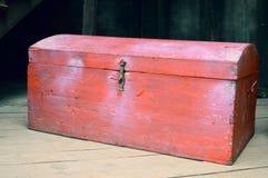 Caixa vermelha de madeira velha com tesouros imagem de stock