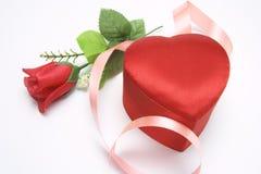 Caixa vermelha de Rosa e de presente foto de stock