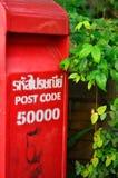 Caixa vermelha do cargo ajustada contra o fundo da natureza Fotos de Stock Royalty Free