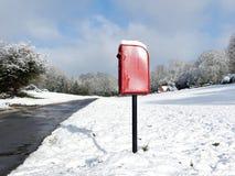 Caixa vermelha do cargo, pista do canil do cão, Chorleywood na neve do inverno imagem de stock