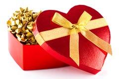 Caixa vermelha do coração com fitas do ouro Fotografia de Stock Royalty Free