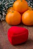 Caixa vermelha do coração para o presente da jóia fotos de stock royalty free