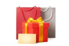Caixa vermelha do presente com fita e teg Fotografia de Stock Royalty Free