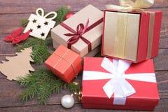 Caixa vermelha do presente do Natal com a curva da cor do ouro isolada no fundo branco Imagem de Stock Royalty Free