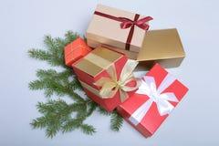 Caixa vermelha do presente do Natal com a curva da cor do ouro isolada no fundo branco Fotografia de Stock Royalty Free