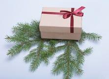 Caixa vermelha do presente do Natal com a curva da cor do ouro isolada no fundo branco Foto de Stock