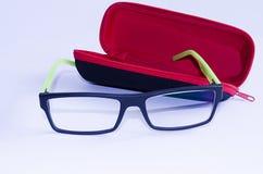 Caixa vermelha e vidros verdes pretos Foto de Stock