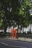 Caixa vermelha em Berkeley Square em Mayfair, uma área afluente do telefone de Fotografia de Stock