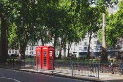 Caixa vermelha em Berkeley Square em Mayfair, uma área afluente do telefone de Imagem de Stock