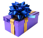 Caixa violeta amarrada da fita azul sobre o fundo branco Foto de Stock Royalty Free