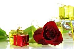 Caixas agradáveis da rosa e de presente do vermelho com espaço da cópia Fotografia de Stock Royalty Free
