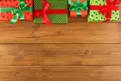 Caixas atuais coloridas para algum feriado no fundo de madeira Fotos de Stock Royalty Free