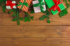 Caixas atuais coloridas para algum feriado no fundo de madeira Imagem de Stock