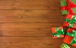 Caixas atuais coloridas para algum feriado no fundo de madeira Fotografia de Stock