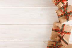 Caixas atuais coloridas para algum feriado no fundo de madeira Foto de Stock