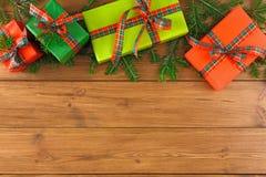 Caixas atuais coloridas para algum feriado no fundo de madeira Imagem de Stock Royalty Free