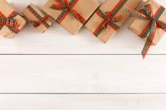 Caixas atuais coloridas para algum feriado no fundo de madeira Foto de Stock Royalty Free