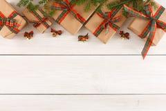 Caixas atuais coloridas para algum feriado no fundo de madeira Imagens de Stock Royalty Free