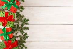 Caixas atuais coloridas para algum feriado no fundo de madeira Imagens de Stock