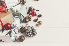 Caixas atuais envolvidas com os cones anis e luzes do pinho dos ornamento Foto de Stock Royalty Free