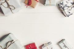 Caixas atuais envolvidas na opinião superior do fundo de madeira branco, espaço Imagens de Stock Royalty Free