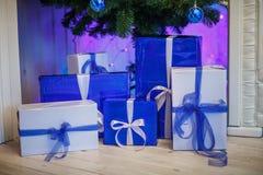 Caixas azuis e brancas do Natal sob a árvore Presentes do ano novo imagens de stock royalty free