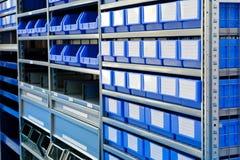 Caixas azuis em um escaninho conservado em estoque no armazém fotografia de stock royalty free